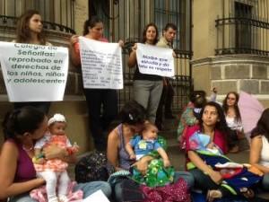 Students protest principal forbidding student from breastfeeding her baby in school. Photo: La Nacion