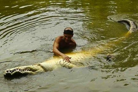 "[Video] ""The Crocodile Man and the famous Crocodile Poncho"""