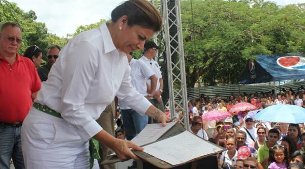 President Laura Chinchilla dressed in white with a green belt during the protest march in Guanacaste.