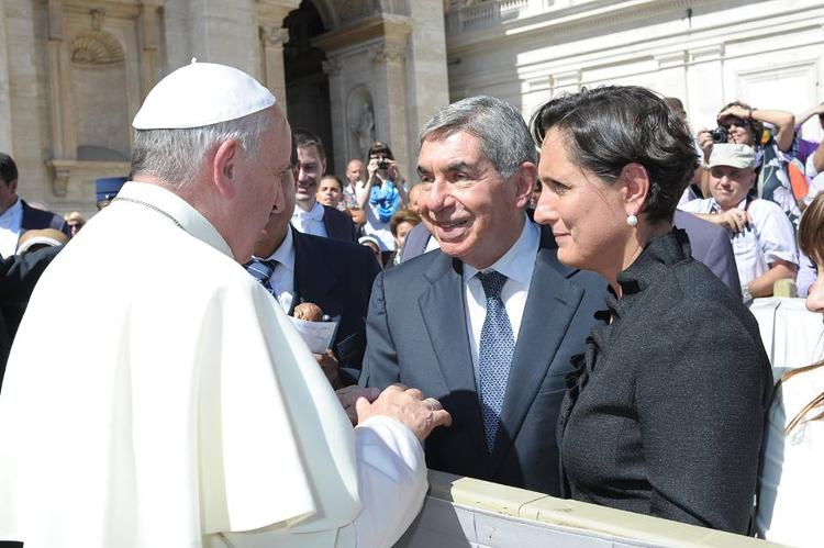 Oscar Arias with wife Suzanne meeting Pope Francisco in Piazza San Pietro  in Rome. Photo Credit: Oscar Arias Facebook profile