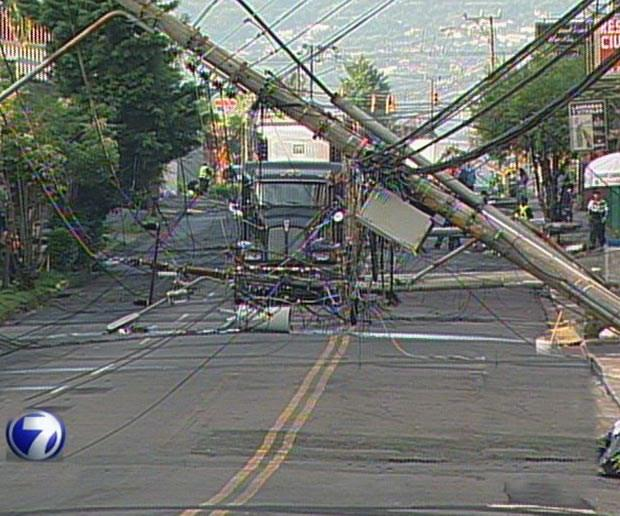 Tractor trailer took down four utility posts and damaged 3 others this Thursday morning, forcing the closure of a major alternate to the Circunvalación.