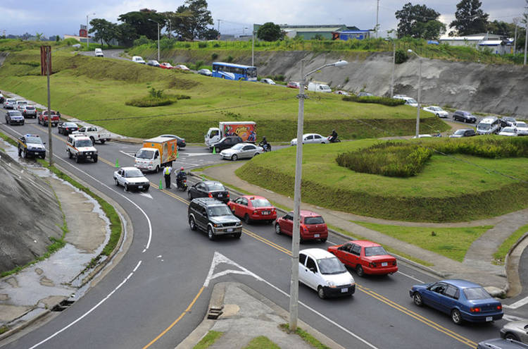 Despite the efforts of a Transit Police, the radial connecting La Sabana Alajuelita is collapsed daily due to large number of vehicles chocked off with the closure of the Circunvalacion (ring road). | Photo creit: JORGE NAVARRO, La Nacion