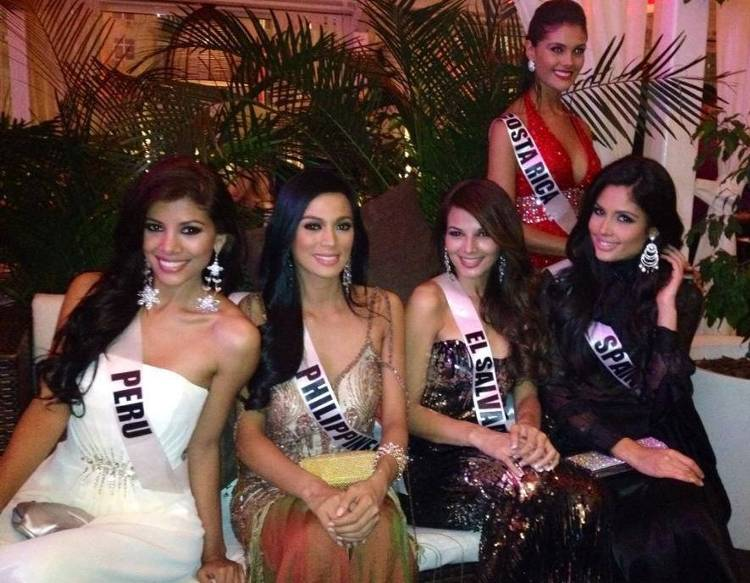 Misses Universe Costa Rica,  Peru, Philippines, El Salvador and Spain get candid during welcome dinner in Moscow on 25 October. (Photo: Facebook)
