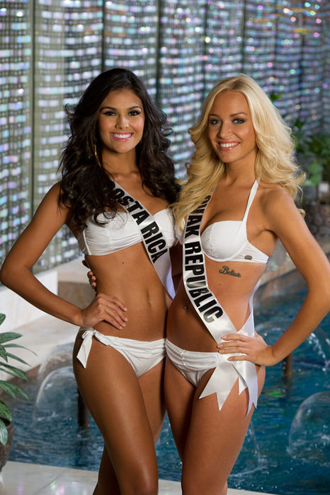 Contrasts. The brunette from Hojancha, Guanacaste, posing with Miss Slovak Repubic at the Crowne Plaza in Moscow. Photo: EFE