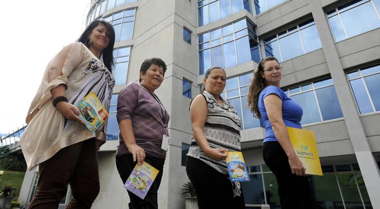 Georgina Hidalgo (left.), Alicia Brenes, Kathya Salazar y Luz Mary Garro, form part of the MANU network, distributing Nutrivida products in Pavas, San José.  Photo: LUIS NAVARRO, La Nacion