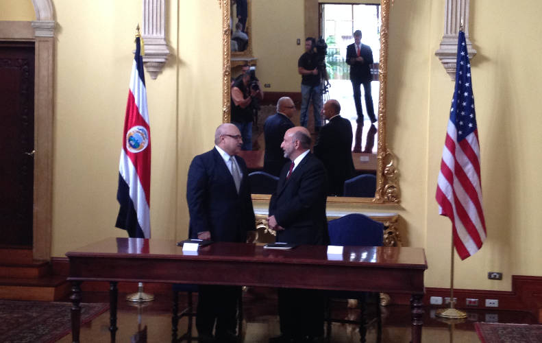 Gonzalo Gallegos, US Chargé d'Affairs (left) and Edgar Ayales, ministro de Hacienda (Costa Rica's Finance Minister) at Casa Amarilla on Tuesday.