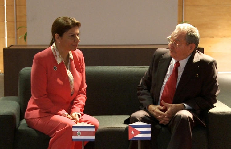 Laura Chinchilla meets with Raul Castro, in Chile for the 2013 CELAC meeting in Santiago. Foto: Casa Presidencial