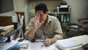 Jorge Chaverri shying away from the cameras of La Nacion. Photo GESLINE ANRANGO.