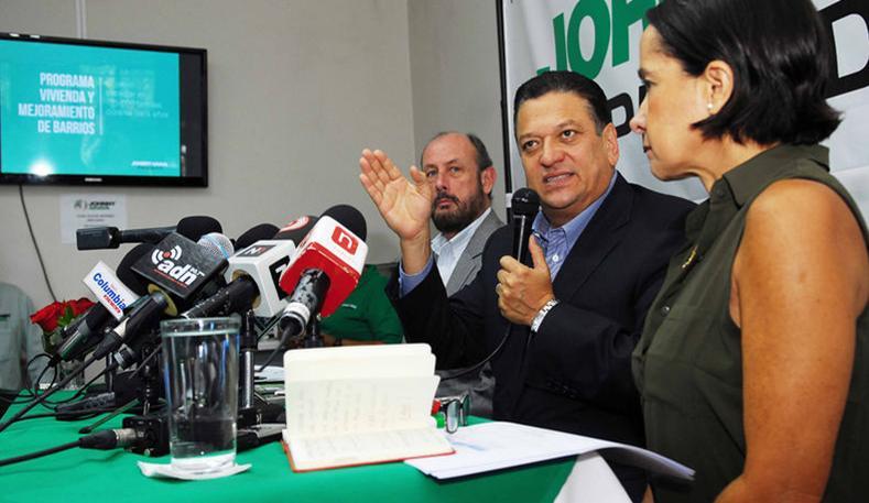 Johnny Araya presenting is plan to feed the poor, with Jorge Pattoni and Silvia Lara.   MARIO ROJAS PARA LN