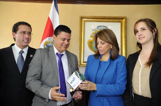 Alejandro Blanco, vicepresident of the ACAE; Johan Carvajal, professor at the Instituto Tecnológico de Costa Rica; with Pesidenta Laura Chinchilla at Casa Presidencial.