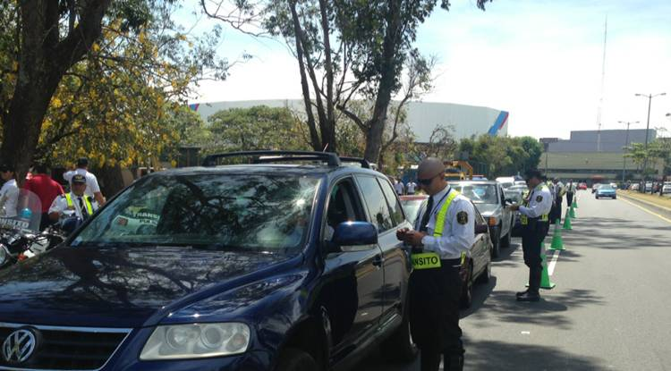 File foto of Transito officials ticketing drivers on Ruta 27 on the south side of the Sabana park.