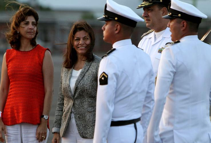 Costa Rica's Presidenta Laura Chinchilla is being met by Colombia's Foreign Minister, María Ángela Holguínat the  Rafael Núñez airport in Cartagena, Colombia. (EFE)