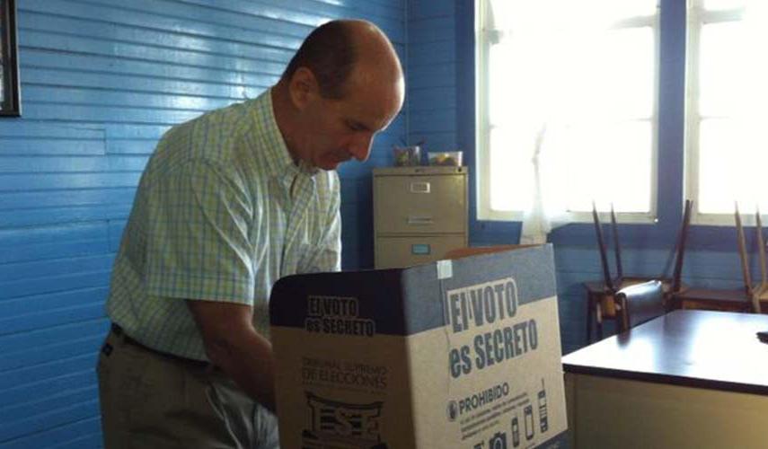 Former president Jose Maria Figueres casting his vote. Photo: Amelia Rueda