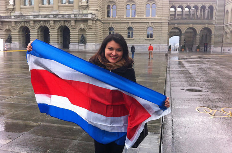 Julieth Peraza sent this photo to La Nacion from from a rainy Bern, Switzerland, where 162 Costa Ricans were registered to vote.