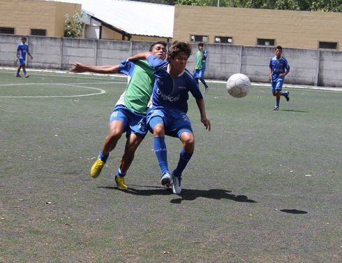 The High Performance Center for the Integral Footballer (CARFI), an initiative of the Educating a Salvadoran Foundation (FESA), uses soccer and academic training to mold top-level players, preventing youths from joining gangs. (Gloria Cañas for Infosurhoy.com)