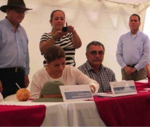 President Laura Chinchilla signs Law 9223. Photo by Emily Yozell.