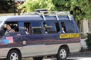 """Typical school bus in Costa Rica. Each vehicle must be clearly identified with a the yellow permanent marking """"transporte de estudiantes""""."""