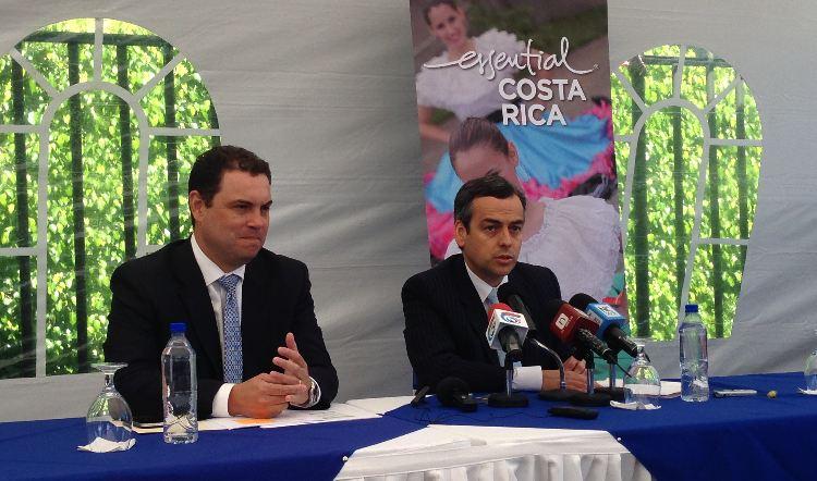 Carlos Ricardo Benavides ministro de la Presidencia (left) and Allan Flores, ministro de Turismo.