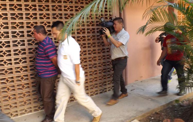 El trailero Montero (camiseta de rayas) es custodiado por oficiales del OIJ. Él fue puesto ayer en la tarde a la orden de Adaptación Social.   CARLOS VARGAS