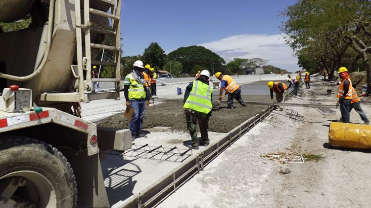 The pouring of concrete on the expansion of the Interamericana between Cañas and Liberia. | Photo:  | CARLOS VARGAS, LN