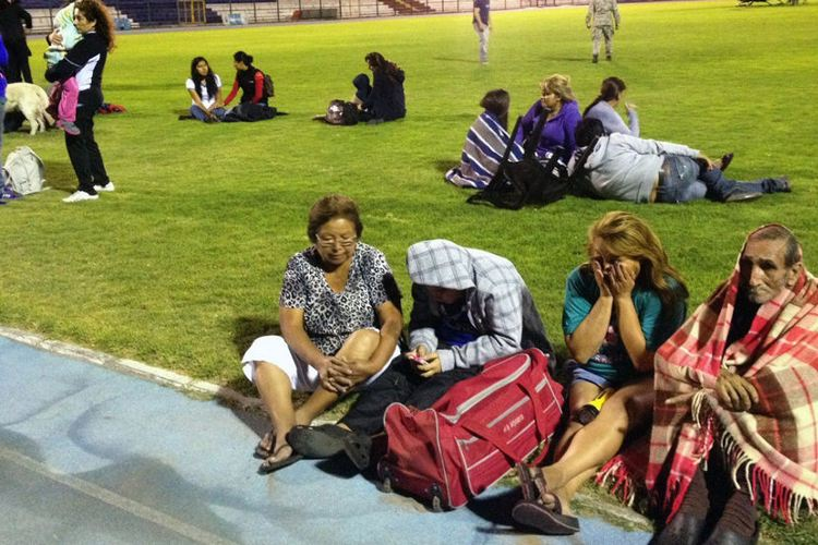 Locals take refuge at the city stadium following a tsunami alert after a powerful 8.2-magnitude earthquake hit off Chile's Pacific coast, on April 1, 2014 in Iquique, Chile | Photo: Aldo Solimano/AFP/Getty