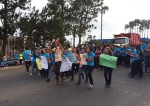 San Ramon high school students take to the streets in strike against school. Photo La Nacion