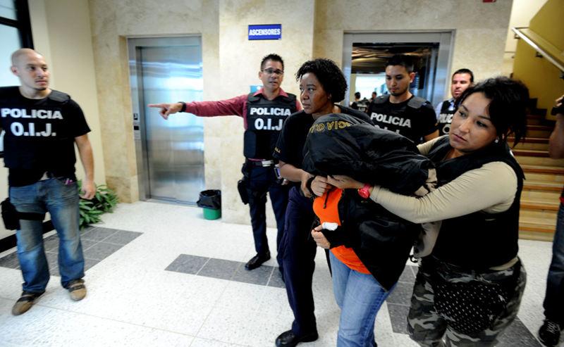 Judge Rosa Elena Gamboa detained by OIJ officials. | Photo:  ALONSO TENORIO, La Nacion