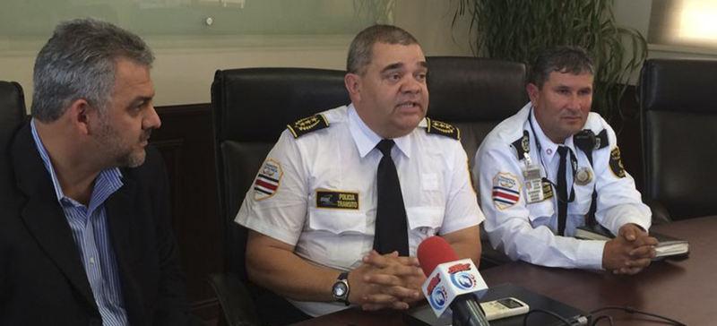 New director of the Policia de Transito, Mario Calderón (centre)