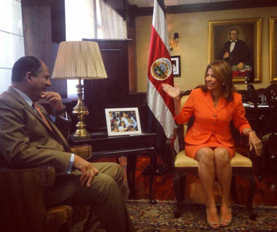 Presidenta Laura Chinchilla (right) and president-elect Luis Guillermo Solís met Tuesday in the presidential office at Casa Presidencial.