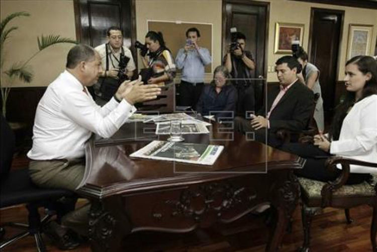 President Luis Guillermo Solís, on his first day in his new office, meets with teacher unions to  try to end the protests,.