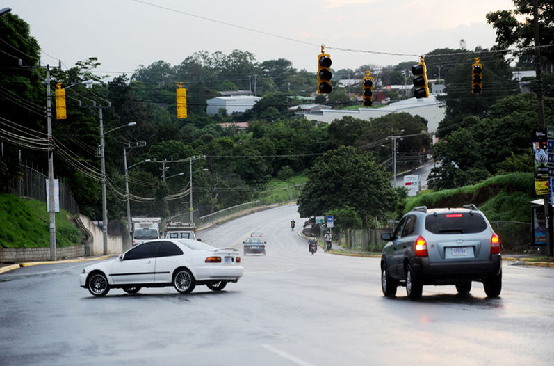 The interesection on the road between Alajuela and Heredia, in front of Cervecería Costa Rica, is one of the key locations were installed traffic lights are waiting electrical power. | Photo: Marcela Bertozzi