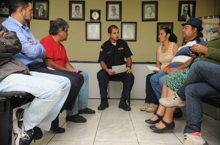 Deputy police chief of San Isidro de Heredia, Giovanni Méndez, meet s with community leaders, who sue WhatsApp to issue alerts. | Photo: JORGE NAVARRO