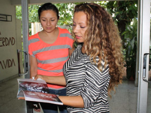 Laly Vargas (right), a Colombian refugee living in En Salvador, fled her country 12 years ago due to harassment by drug traffickers. Above, she meets with Kiriam Nuila, the coordinator for the Anglican Program for Attention to Refugees (PARES) in El Salvador. (Gloria Cañas for Infosurhoy.com)
