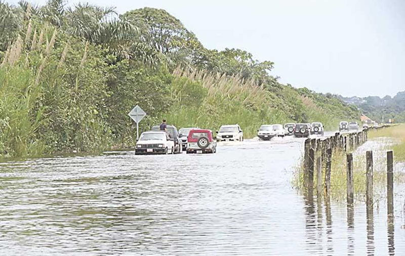 In Limón many roads are flooded, isolating communiities