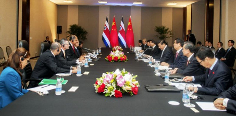 The presidents of China, Xi Jinping, and Costa Rica, Luis Guillermo Solís, both at their microphones during a July 17 meeting in Brasilia.   Photo: Presidencia de Costa Rica