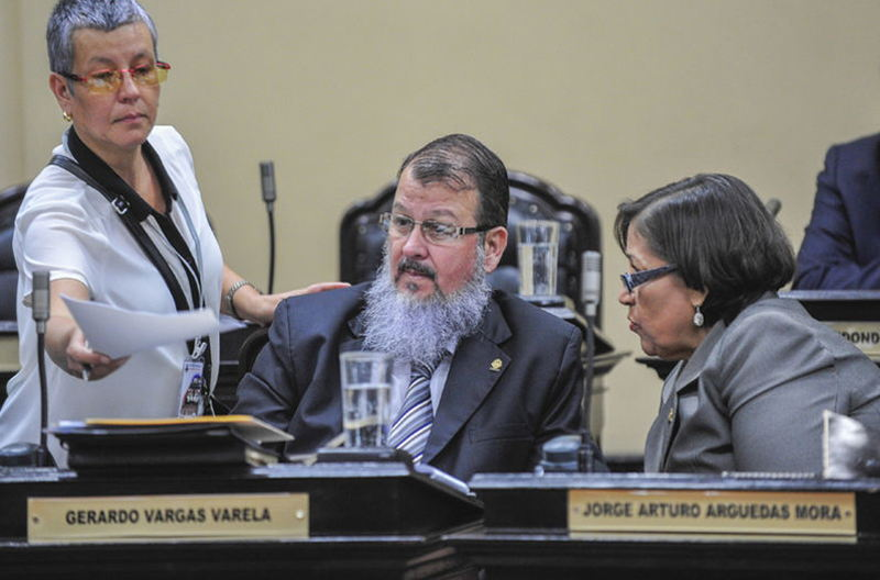 Eugenia María Román, advisor (standing), and Deputy Gerardo Vargas, both the Broad Front, spoke yesterday at the plenary of the Congress with the head of the bed of the PAC, Emilia Molina (right).   JOSEPH LAMB.