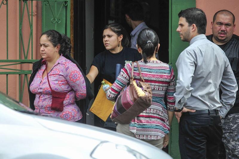 La notaria Gabriela Alejandré fue detenida en su casa en La Unión; de ahí la llevaron a su bufete, en barrio Luján, para decomisar evidencia. | JOSÉ CORDERO
