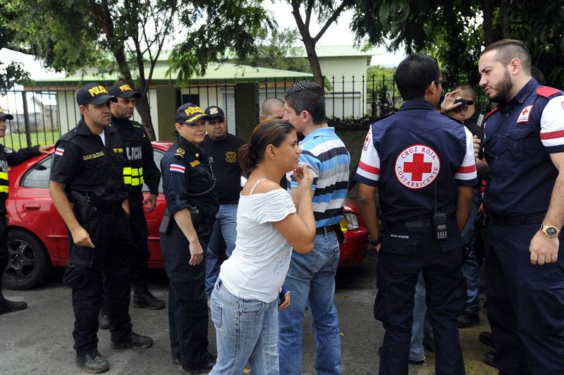 Helen Calvo, madre de la menor desaparecida, se mantuvo cerca de su casa en el barrio San Martín de Santo Domingo, Heredia