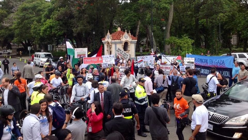 In San Pedro, Ban Ki-moon was met by pro  Palestine protests.