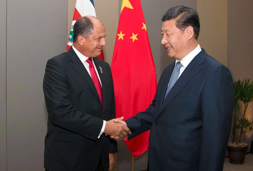 The presidents of China, Xi Jinping, and Costa Rica, Luis Guillermo Solís, shaking hands in Brasilia. Photo: Luis Guillermo Solis by way of Facebook