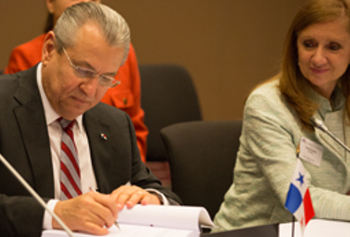 Richardo Quijano, Minister of Trade and Industry, Panama, and Anabel Gonzalez, Ministry of Foreign Trade, Costa Rica, signing the EFTA-Central America Free Trade Agreement