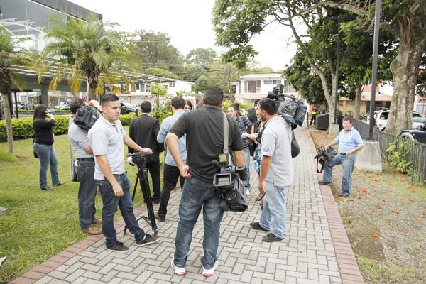 Reporters on Thursday were left empty handed when President Solís scurried from a government strategy meeting and the ministro de la Presidencia said he was too busy to deal with the media.