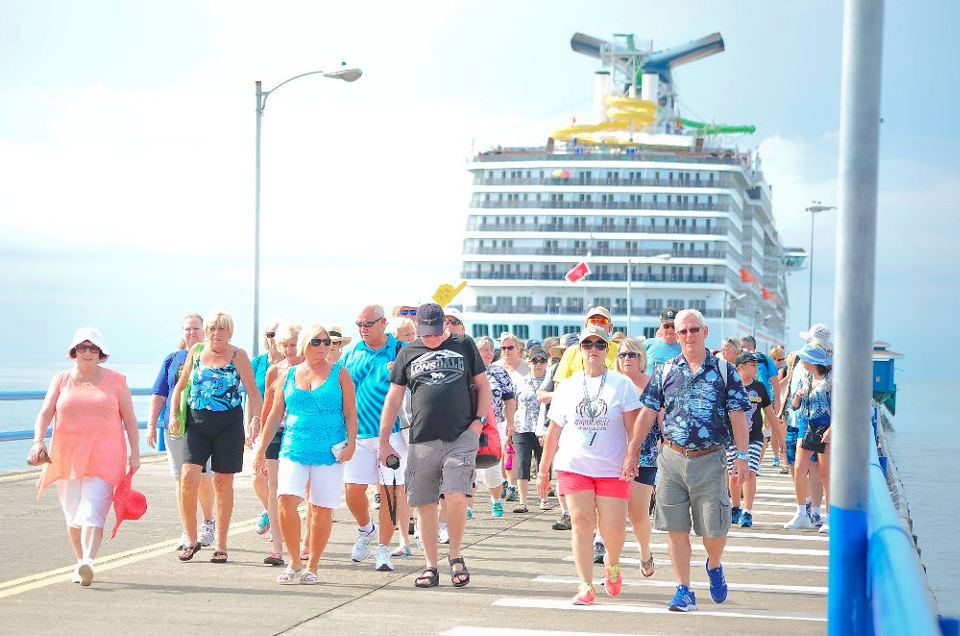 Cruise ship passengers arriving at Puntarenas. Photo: ICT