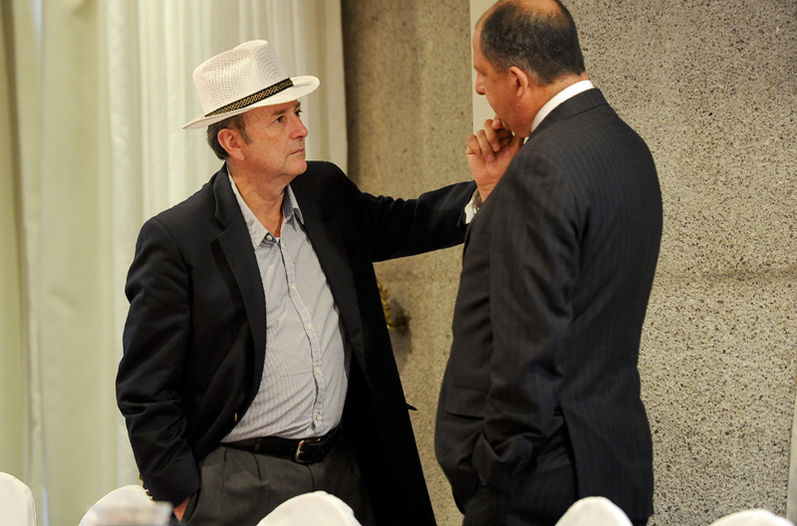 Ottón Solís (left) meeting with Luis Guillermo Solís in February. Legislator Solís says President Solís said the president has a strong ethics and will not allow conflicts of interest.   Photo: Luis Navarro for La Nacoin.