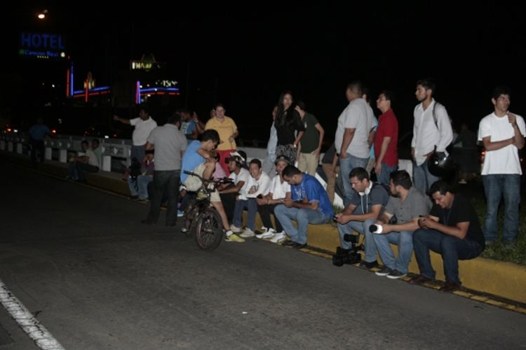Following the explosion, many remained out on the streets Saturday night. LA PRENSA/JORGE TORRES