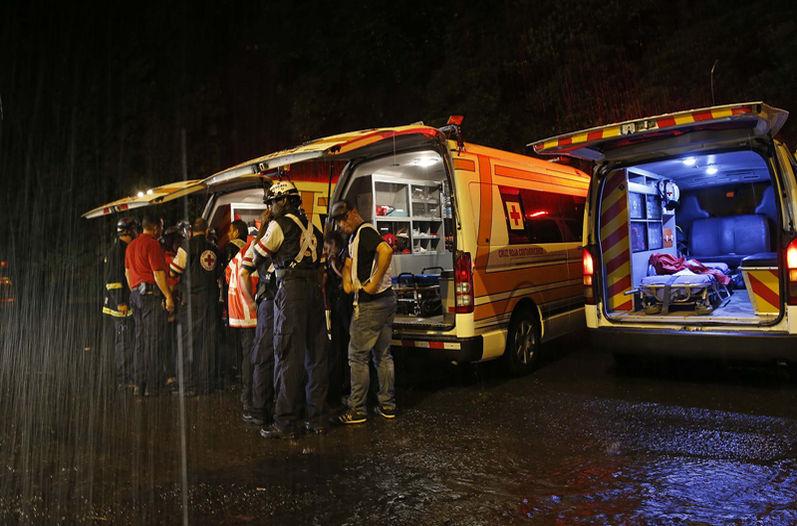 Red Cross ambulances at the ready to attend to the trapped. Photo: MAYELA LÓPEZ, La Nacion