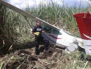Police guard small plane that crashed in Lajas de Cañas alledged to be carrying 330 kgs of cocaine.