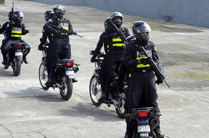 Trained by police in Panama, an elite group of the GAO, demonstrated their newly learned skills to be applied in police operational situations. Photo: Alonso Tenorio