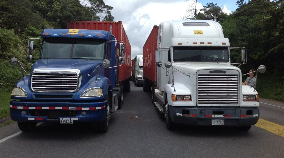A group fo 45 Nicaraguan truckets have been waiting since Thursday for the opening of the Ruta 32, to deliver their load in Limón. The Nicaraguan government uses the Moín port in Limón to ship to  Alianza Bolivariana por las Américas (Alba) member countries.