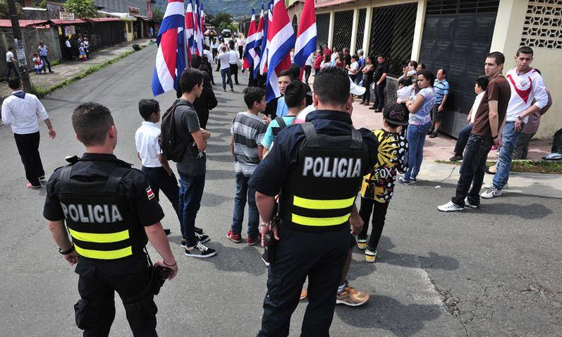 Police presence was heavy aorund the Calles Fallas school in Desamparados, due to recent gang activity in the area. | Photo: John Duran, Ahora